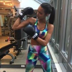 Lais pratica muay thai e boxe para manter a forma