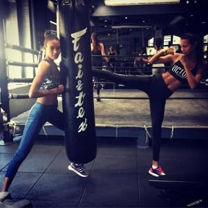 Lais Ribeiro (à direita) mostra que mantém a forma com boxe