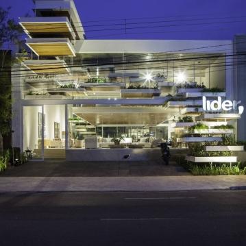"""FGMF Arquitetos """"Queríamos fazer do prédio uma vitrine da Líder contemporânea. E, ao mesmo tempo, queríamos dispor de um espaço que valorizasse o nosso produto, que o mostrasse da melhor forma possível e ao mesmo tempo agregasse identidade à marca. E acreditamos que a arquitetura do FGMF atingiu todos esses objetivos"""", considera Tiago Nogueira, diretor de marketing da marca, que se manifesta recompensado com o investimento. Foto: Raphael Briest"""