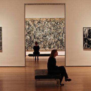 No centro, 'One: Number 31, 1950' de Jackson Pollock, no MoMA, em Nova York Foto: Fred R. Conrad The New York Times