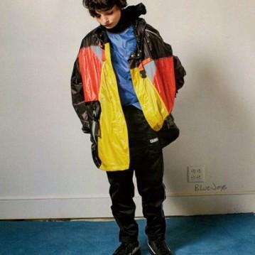 Também tem um com casaco de nylon da Prada, - tá bom pra você? Ele só tem 13 anos!