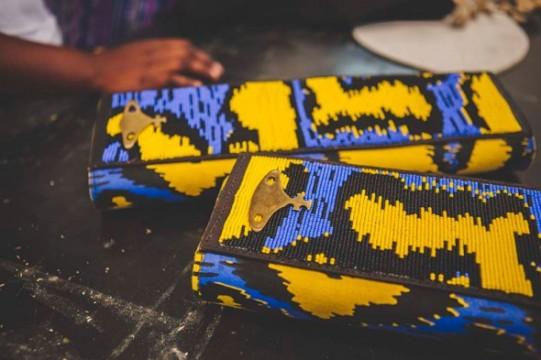 Essa clutch foi feita com miçangas, à mão, pelo povo Masai, do Quênia. A inspiração foram os tecidos africanos! Lindo demais!