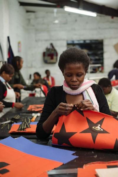 Essa iniciativa ajuda centenas de mulheres a sair da zona de pobreza