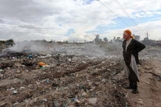 Na foto, Vivienne perto das favelas de Korogocho - 850 toneladas de lixo sólido são descartadas diariamente por lá