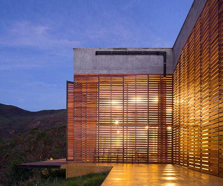 Persianas de madeira de altura dupla, com abertura para fora, cobrem as faces norte e oeste, protegendo do sol intenso