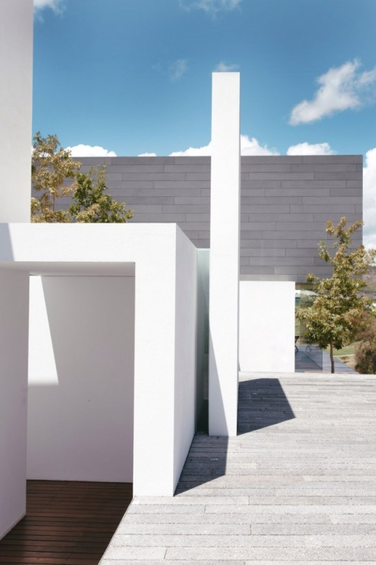 casa-mk-roof-morelia-mexico-house-retina_dezeen_936_12-682x1024
