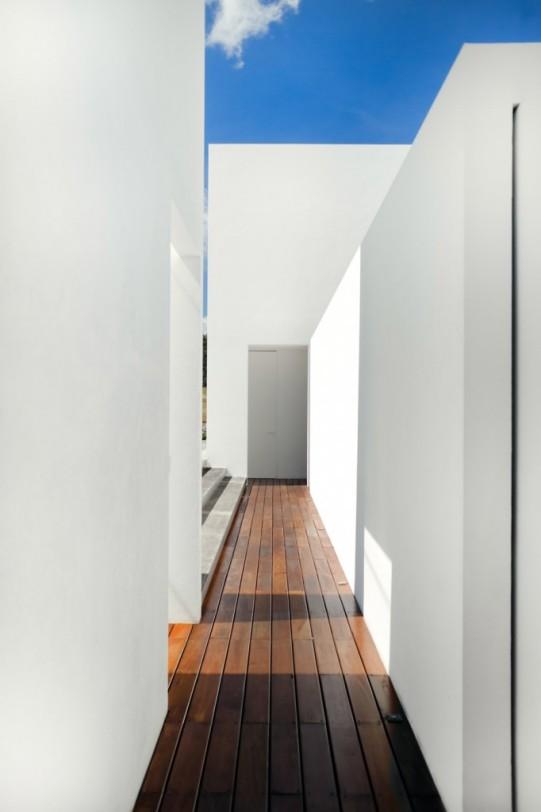 casa-mk-roof-morelia-mexico-house-retina_dezeen_936_14-682x1024