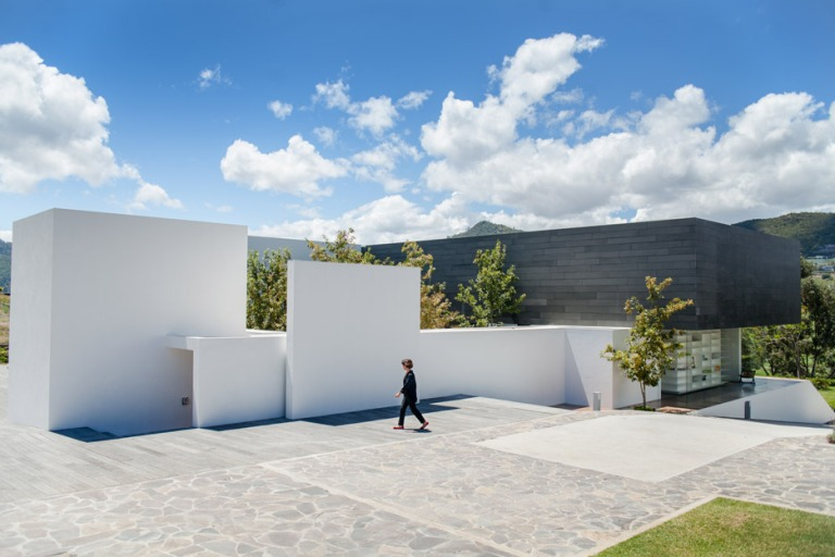 casa-mk-roof-morelia-mexico-house-retina_dezeen_936_15