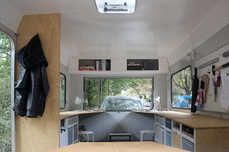 coletivo-de-arquitetura-cria-escritorio-sobre-rodas-todo-equipado