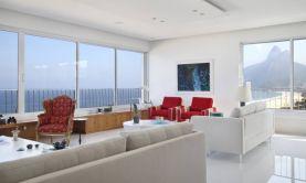 O branco predomina no living, e a paisagem toma o lugar dos quadrosFoto: MCA Studio/Divulgação.