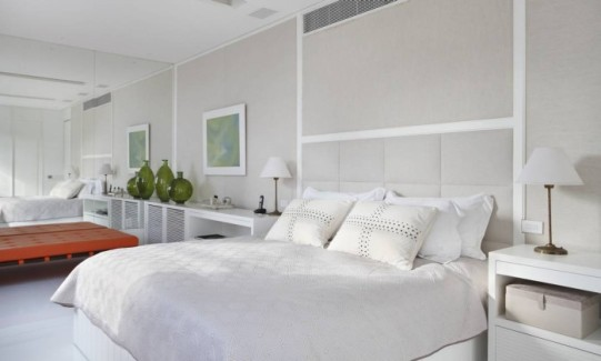 O quarto do casal engloba closet e dois banheiros, sempre priorizando o brancoFoto: MCA Studio/Divulgação