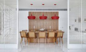A sala de jantar tem brises laqueadas que a separam do livingFoto: MCA Studio/Divulgação