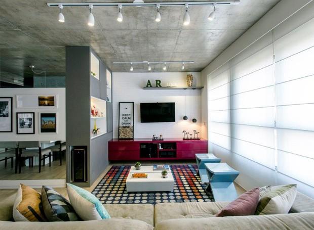 sala-de-estar-armario-cortina-tapete-rack-mesa-de-centro-sofa-tv-banco