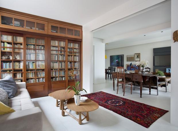 sala-living-biblioteca-estante-livros-marcenaria-sofa-tapete-mesa-de-centro