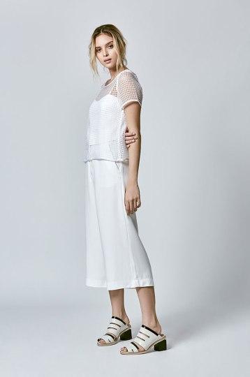 Parte da nova coleção - a blusa de tela (R$ 248), o top (R$ 238) e a pantacourt branca (R$ 398) - é uma boa pro Ano Novo!