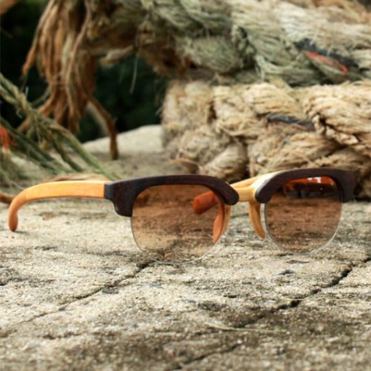 Os óculos são feitos com madeira de demolição. O da foto é de madeira de jacarandá clara e custa R$ 485