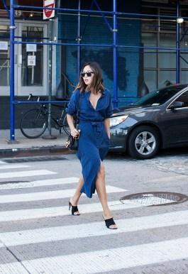 A blogger Aimee Song escolheu uma chemise jeans com mules.