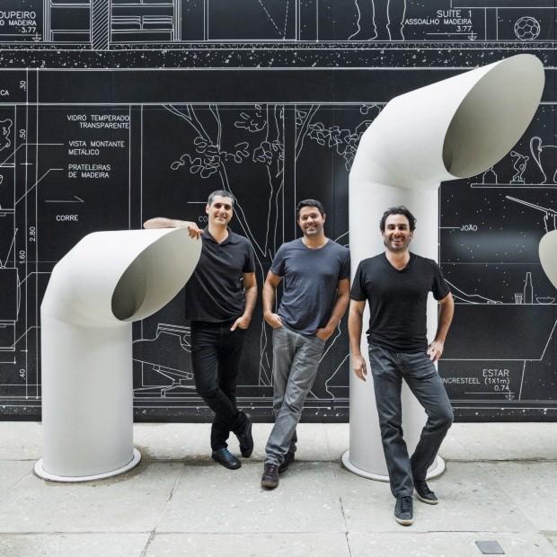 arquitetos-posando-ao-lado-de-tubos-gigantes-lourenco_gimenes_rodrigomarcondesferraz_fernandoforte_fgmfarquitetos_2_-_foto_rafaela_netto