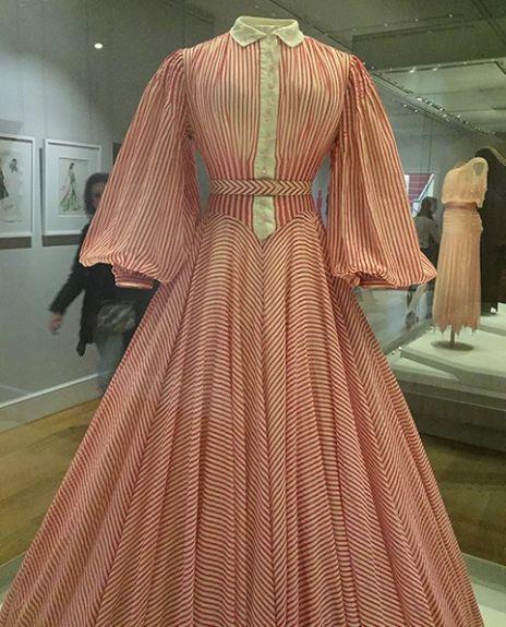 """Vestido """"New Look"""" de Dior, usado pela princesa Margaret"""