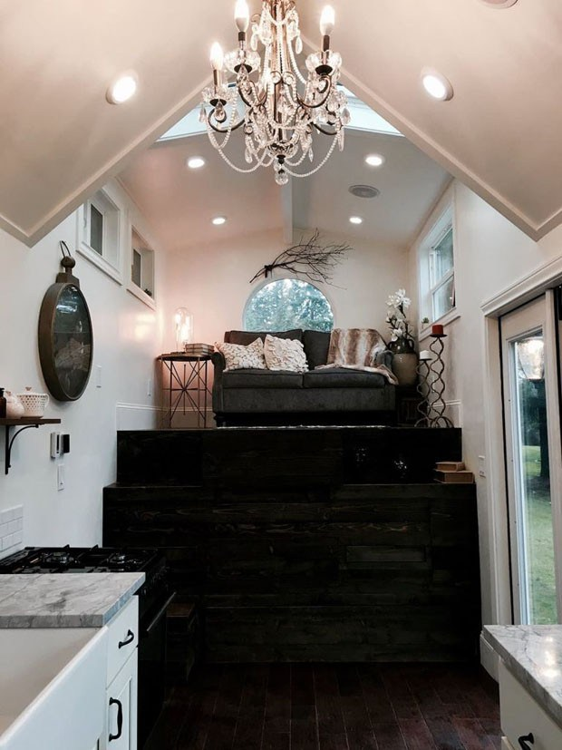 A plataforma de madeira serve de cama, mesa, banco e escada (Foto: Reprodução/Tiny Heriloom)