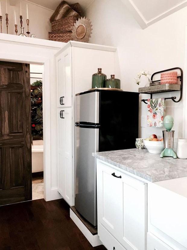 Bancada de mármore e eletrodomésticos de alta tecnologia fazem parte da cozinha (Foto: Reprodução/Tiny Heriloom)