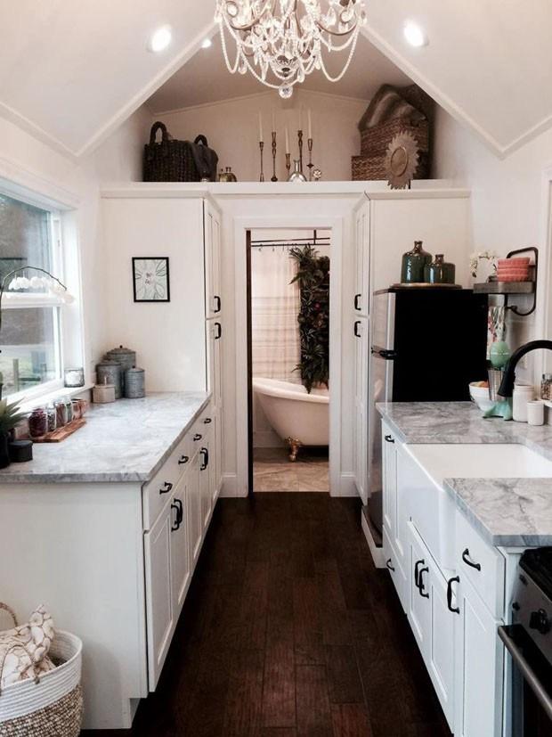 Vista da cozinha e entrada do banheiro (Foto: Reprodução/Tiny Heriloom)