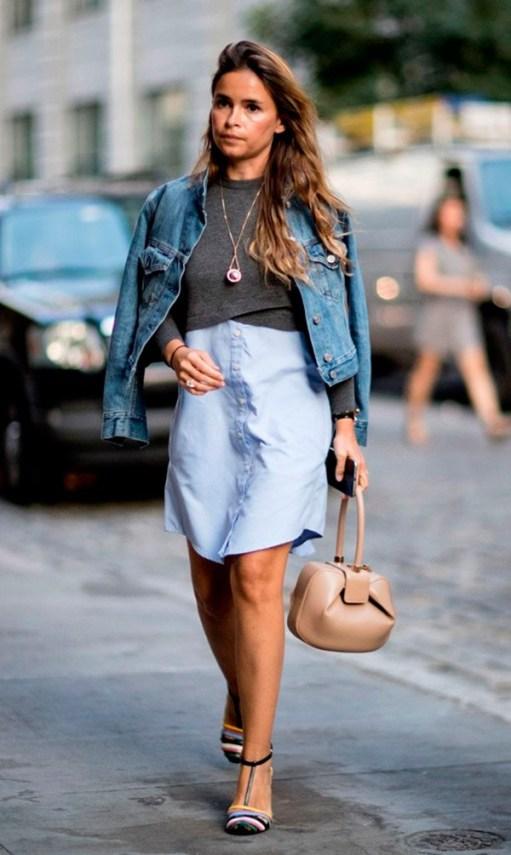 No look de Miroslava Duma, a sobreposição também ganha destaque, com um suéter cropped e uma jaqueta jeans.