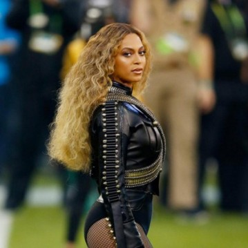 Queen B poderosa no Super Bowl do ano passado, com os cachos assinados por Kim Kimble