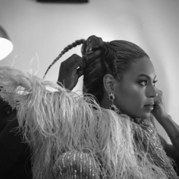 Kim fazendo o penteado da Beyoncé pro VMA, também do ano passado