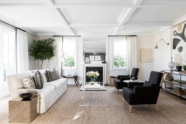 1-casa-em-beverly-hills-com-paleta-de-cores-neutra-pecas-de-design-sala-de-estar
