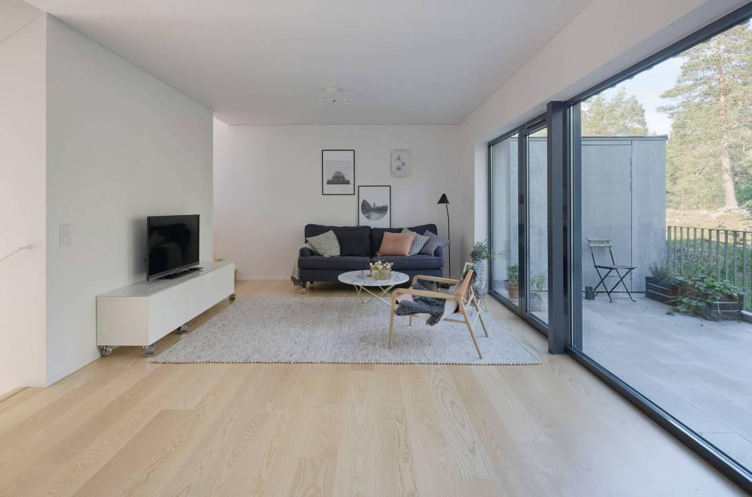 1-sala-de-estar-integrada-a-varanda-com-paisagem-para-floresta.jpg