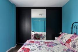 No quarto, a cor surge em contraste ao azul interno das paredes