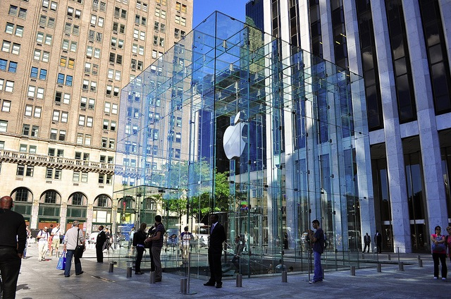 apple-spending-67-million-to-remove-and-reinstall-the-glass-cube-at-its-nyc-store.jpg