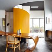 """O """"segmento"""" mesa do móvel Fita, com cerâmicas de Kimi Nii e cadeira Thonet – gravuras de Jesús Soto (à esq.) e de Willys de Castro (à dir.)"""