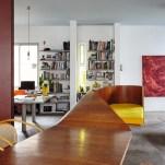 A vedete do living é o móvel Fita, de Rodrigo Ohtake, um híbrido escultural de sofá e mesa que divide e une o ambiente ao mesmo tempo – ao fundo, as bibliotecas de fotografia e design (à esq.) e arte e moda (à dir.), e quadro de Tomie Ohtake
