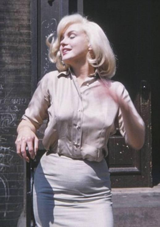Nas fotos, que datam de 1960 e foram divulgadas pelo Daily Mail, a atriz aparece supostamente grávida