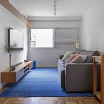 A sala de TV foi posicionada no quarto em frente ao escritório Foto: Julia Ribeiro/Divulgação