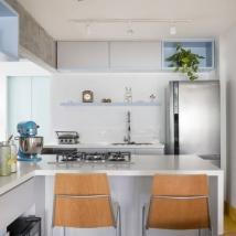 Na cozinha, a bancada com cook top tem espaço para refeições rápidas do dia a dia Foto: Julia Ribeiro/Divulgação