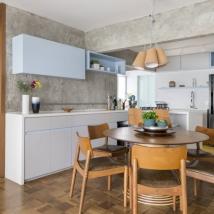 Por ter o mesmo tipo de mobiliário do resto do living, a cozinha passa desapercebida no jantar Foto: Julia Ribeiro/Divulgação