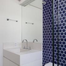 Revestimento em formato de colméia azul no futuro banheiro das crianças Foto: Julia Ribeiro/Divulgação