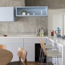 Detalhe da cozinha com nichos para apoiar objetos de decoração Foto: Julia Ribeiro/Divulgação