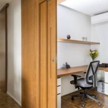 Para aproveitar bem o espaço a arquiteta optou por móveis feito sob medida no escritório Foto: Julia Ribeiro/Divulgação