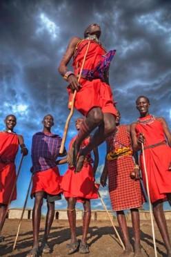 Os Masai usam basicamente o shuka, um pano - normalmente de algodão na cor vermelha - drapeado pelo corpo. Mas o símbolo forte da tribo são as miçangas coloridas como ornamento e o xadrez!