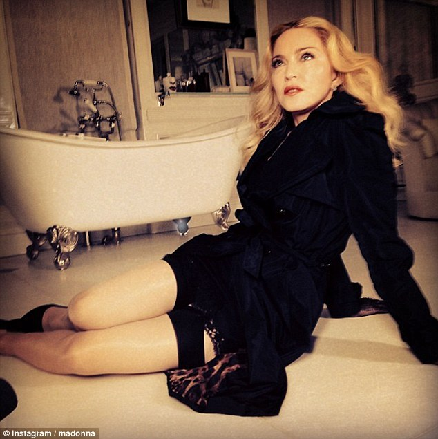 madonna-article-2552403-1b36a32100000578-323_634x635
