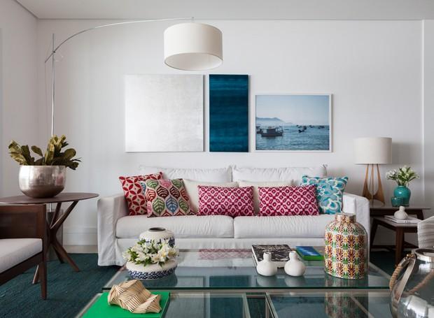 sala-de-estar-sofa-luminaria-de-chao-mesa-lateral-almofadas-mesa-de-centro
