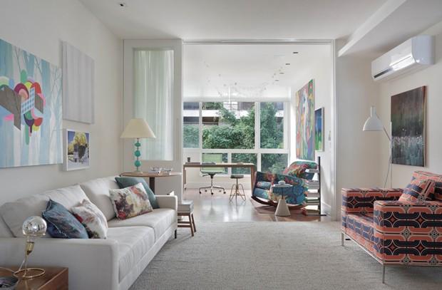 sala-de-estar-varanda-integracao-sofa-tapete-mesa-lateral-poltrona-estampada