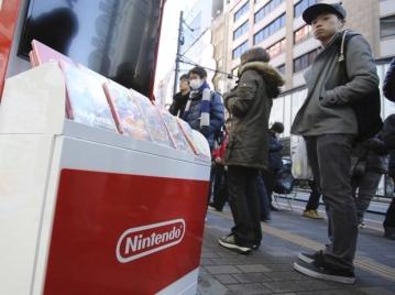 Em Tóquio, consumidores fizeram fila desde cedo para comprar o videogame e jogos como The Legend of Zelda: Breath of the Wild