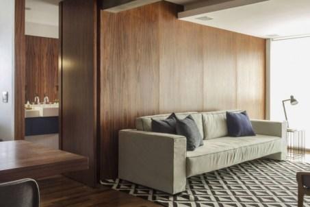 A área íntima é isolada do resto do apartamento por um painel de madeira Foto: Zeca Wittner/Estadão