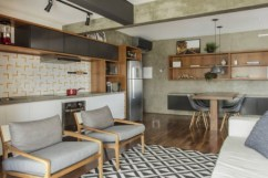 Estratégia de ter menos paredes e mais móveis multifuncionais e planejados mudou por completo este apartamento de 70 m², no Brookling Foto: Zeca Wittner/Estadão