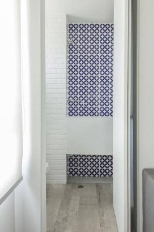 Detalhe do painel de azulejos da suíte Foto: Zeca Wittner/*Estadão